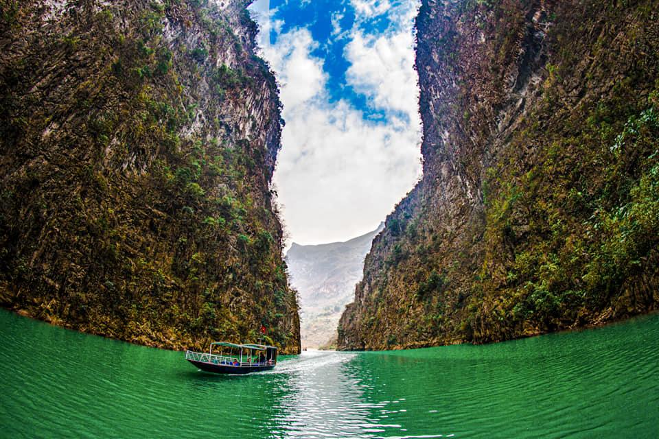 Đi thuyền trên sông Nho Quế, ngắm hẻm Tu Sản
