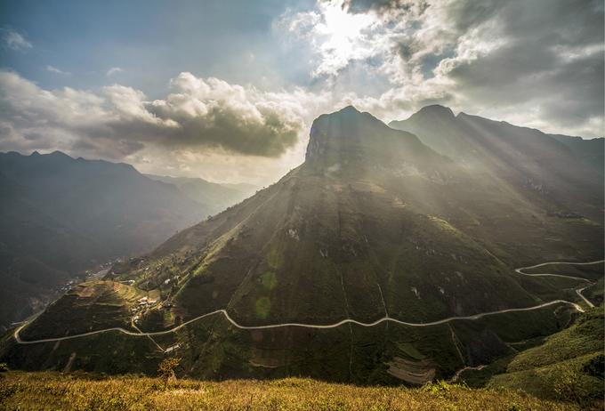 Đèo dài 20 km, nằm cheo leo bên sườn núi cùng dòng Nho Quế